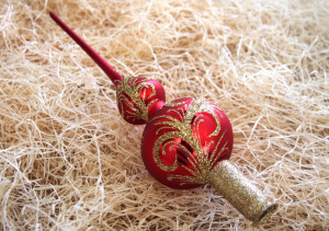Zlatý ornament - červená špice